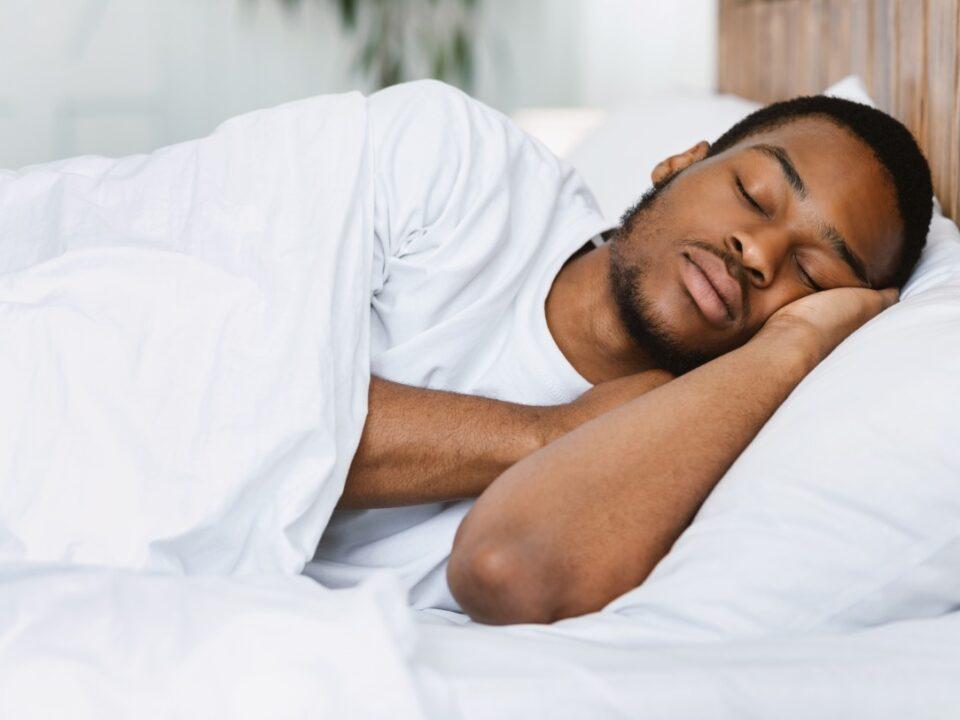 Cansado de acordar fácil? Confira 3 causas do sono leve
