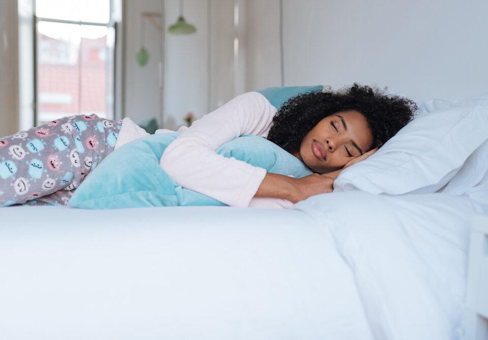 3 benefícios de dormir do lado esquerdo